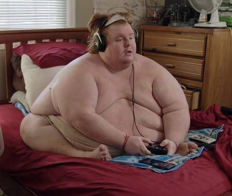 При этом парень не только целыми днями играет в видеоигры, но и всё это время сидит обнаженным, так как в одежде ему некомфортно. новости, ожирение, полнота, толстяк