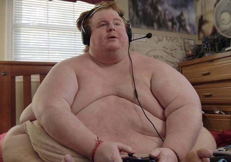 Парень, страдающий от ожирения, целыми днями ест и играет в видеоигры новости, ожирение, полнота, толстяк