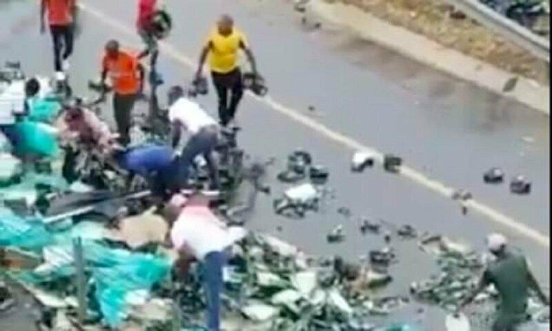 Южная Африка: когда на улице перевернулся грузовик с пивом, никто теряться не стал бесплатно, давка, курск, лдпр, очередь за конфетами, трэш, халява