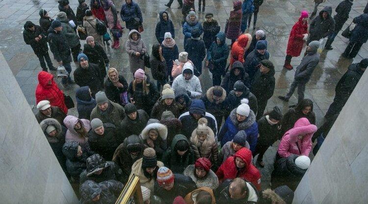 В погоне за халявой: жители Курска устроили давку из-за конфет и бесплатных календарей бесплатно, давка, курск, лдпр, очередь за конфетами, трэш, халява