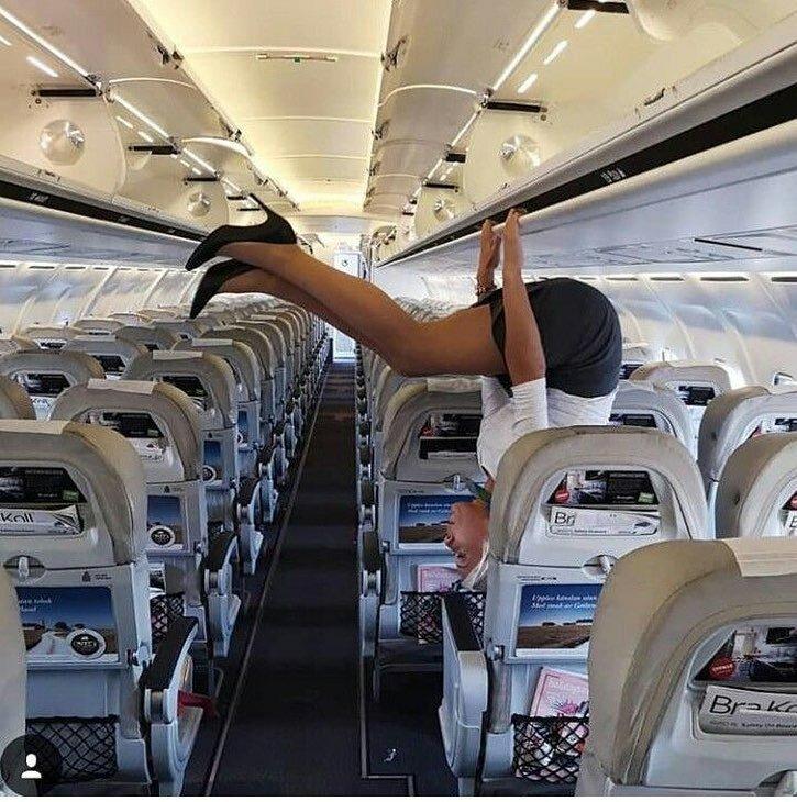 А эта самолетная гимнастика... Друзья, вы понимаете, что тут происходит? бортпроводник, прикол, примета, самолет, стюардесса, юмор