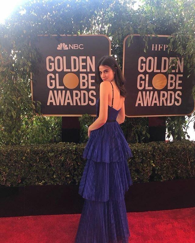 """Девушка, разносившая воду, получила негласный приз за """"роль второго плана"""" и стала героиней мемов Fiji Water Girl, GoldenGlobes, девушка, золотой глобус, красавица, лос-анджелес, мем, промо-модель"""