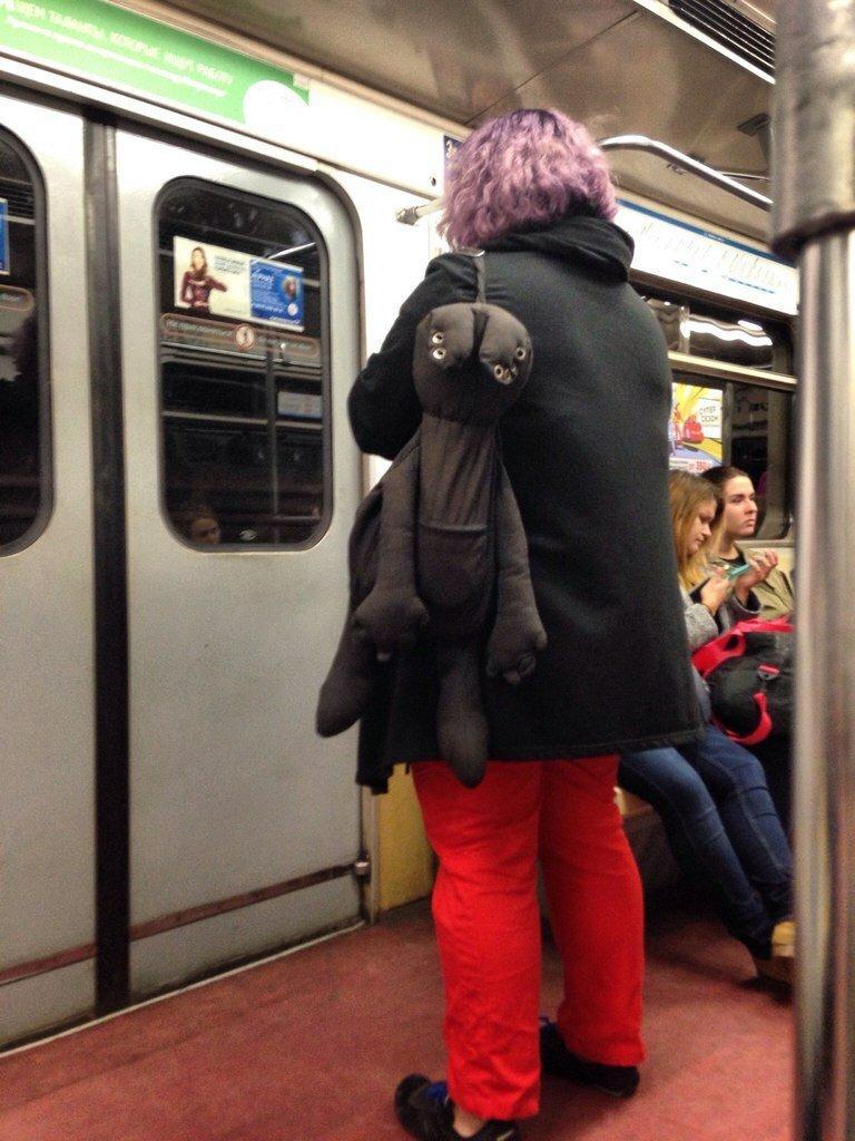большую фотографии прикольно одетых людей в метро ничего такого