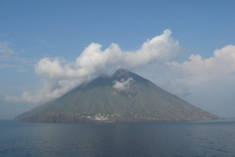 Южная Италия. Вулкан Стромболи в Тирренском море
