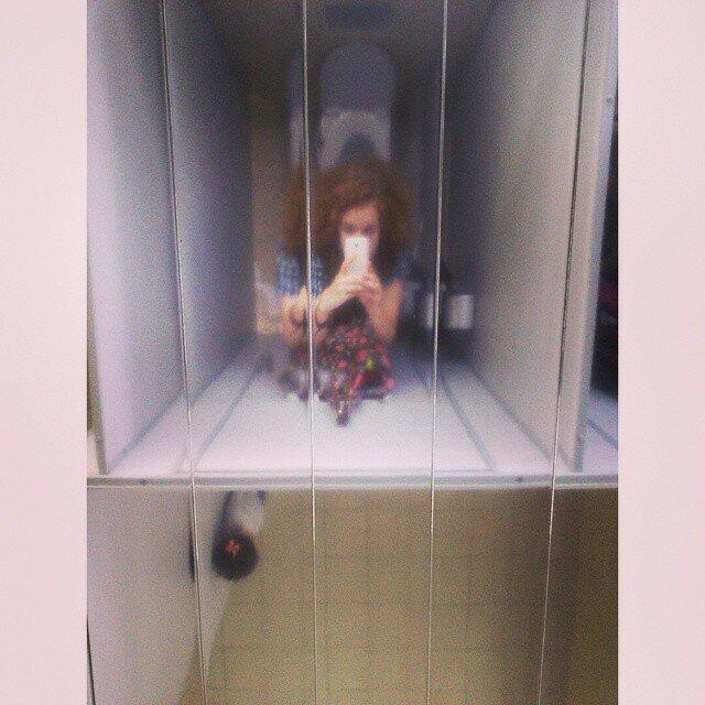 Ничего необычного, просто зеркальные потолки в общественном туалете зеркало, лук, отражение, потолок, прикол, стекло, туалет, юмор