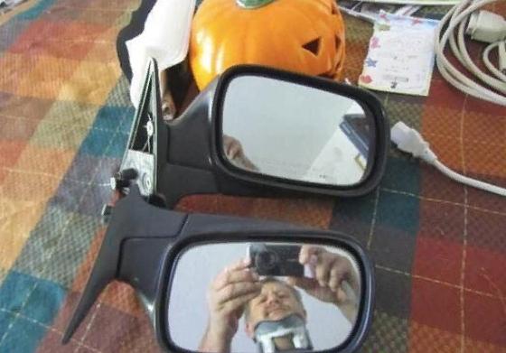 Такое ощущение, что это единственные оставшиеся целые части от автомобиля зеркало, лук, отражение, потолок, прикол, стекло, туалет, юмор