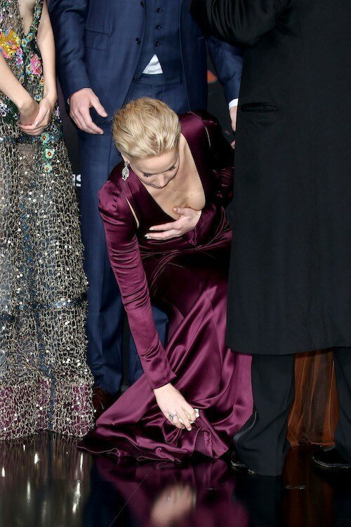 5. Дженнифер Лоуренс Фолс звезды, красная дорожка, неловкость, одежда, ошибка, папарацци