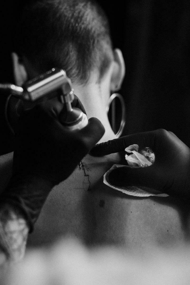 Венгерский татуировщик показал жизнь розы от рождения до увядания - и всё это на коже человека!