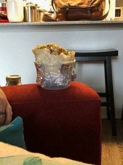 1. Боитесь, что сок из буррито или шаурмы протечет на диван? Используйте контейнер и фольгу: и мыть не надо контейнер, и мебель в безопасности останется лайфхаки, логика, смекалистые люди, смекалка, фото, хитрости