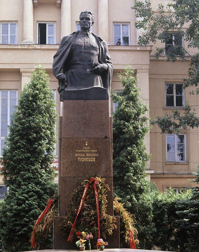 Памятник герою-разведчику Николаю Кузнецову (ул. И. Франко, возле