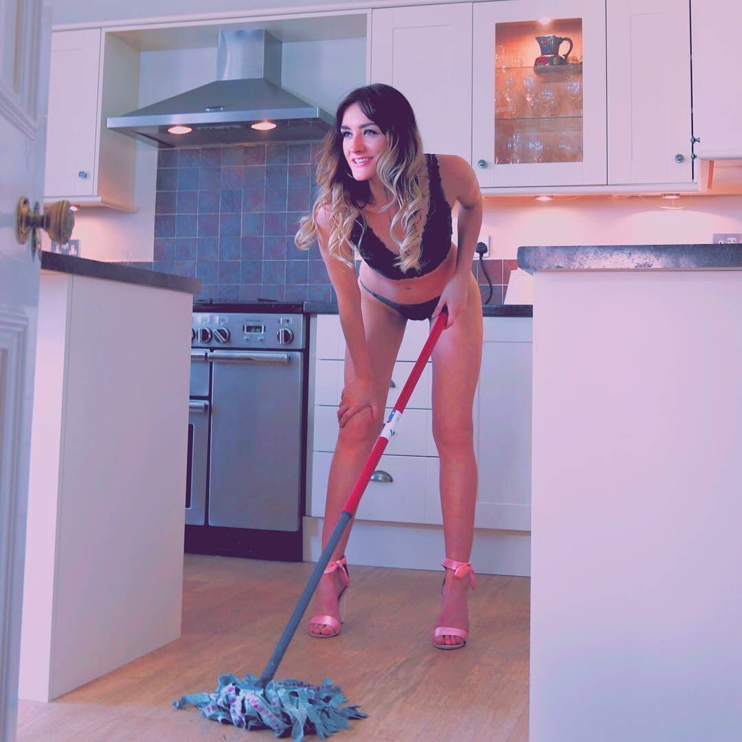 Видео сексуальная уборщица на дому