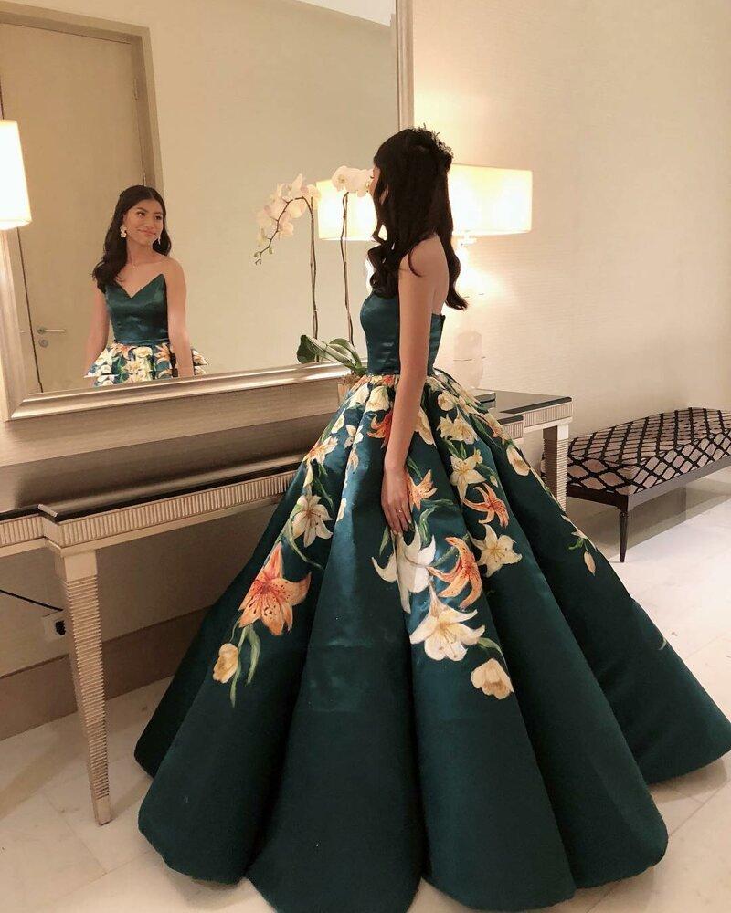 5c7769c16cd3338 Школьница сшила такое платье, что в нём можно идти к королеве