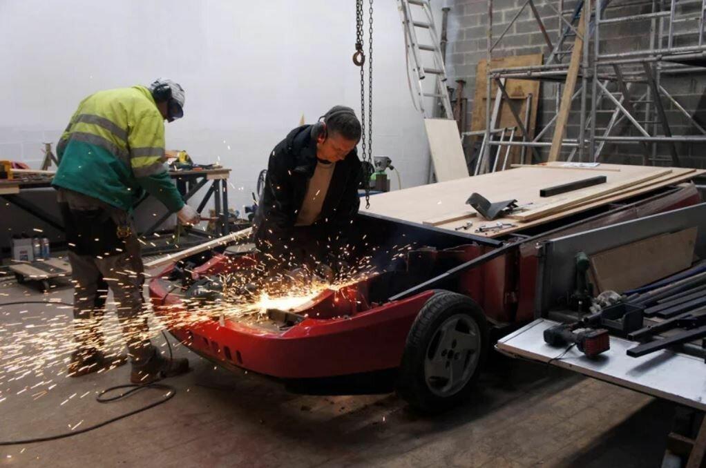 Красный Fiat Coupe, разрезанный пополам, превратили в киоск по продаже жареной картошки