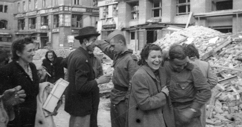 Солдаты трахают немок в побежденном берлине