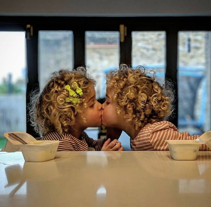 18. Они то целуются, то дерутся и вырывают друг у друга волосы. То ли лучшие подруги, то ли смертельные враги. В общем, какое-то минное поле Отец года, дочери, инстаграм-аккаунт, отец герой, отец и дети, отцовство, родительство, семья