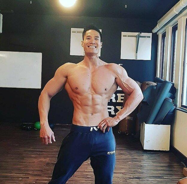 Сейчас плечи 34-летнего бодибилдера в три раза шире талии, а его бицепсы достигли объема в 50 см история, культуризм, мужчина, мускулатура, спорт, тело, фото