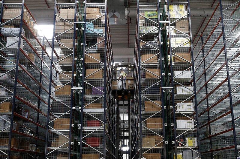 Amazon уничтожает миллионы непроданных товаров