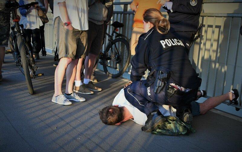 Вскоре мужчина был задержан полицией. Согласно слухам, его оштрафовали и выпустили на свободу через несколько часов Польша, варшава, видео, инцидент, конфликт, лгбт, мост, флаг