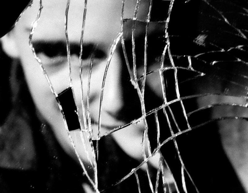 Разбитое зеркало картинки девушка за работой метсю