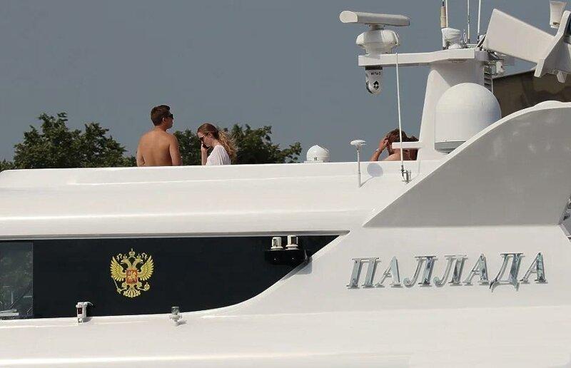 """Монашки, наверное"": на яхте Патриарха Кирилла заметили полуголых девушек ynews, голые девушки, дамы, девушки, интересное, рпц, фото"