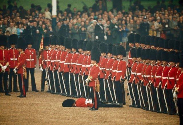 18. Британские солдаты во время службы, Англия, 1966 год интересно, исторические фото, история, фото, фото из прошлого