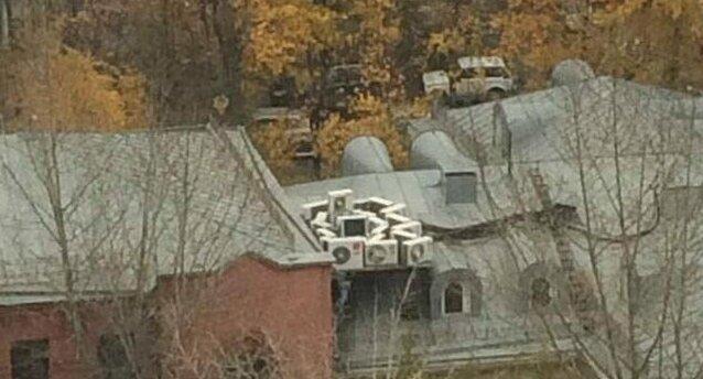 Просто собрались на крыше и что-то планируют