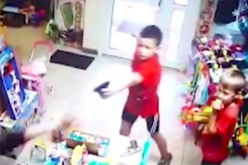 Второклассники с пистолетом напали на магазин игрушек, но что-то пошло не так екатеринбург, магазин игрушек, нападение, ограбление, пистолет, россия