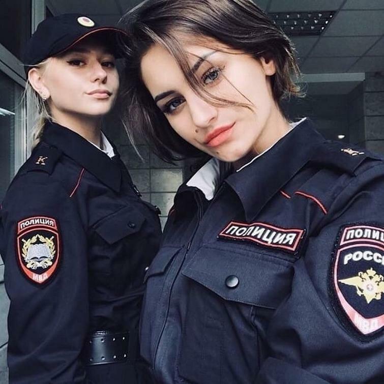 В форме полиции белые