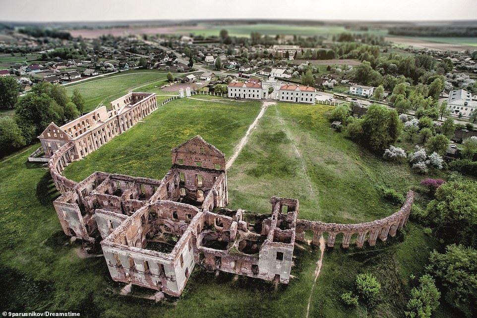 """20 величественных руин из альбома """"Заброшенные дворцы"""""""
