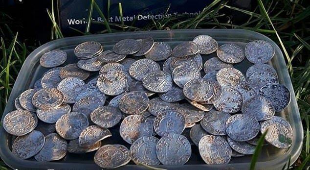 Монеты принадлежат к периоду правления короля Гарольда II Годвинсон, последнего англосаксонского короля Англии (1066 год) богатство, великобритания, история, клад, металлоискатель, монета, находка