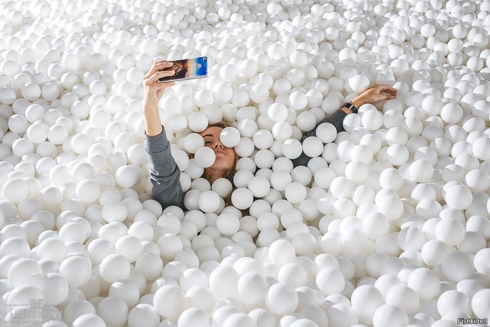 известного исполнителя фото с пластиковыми шариками в для