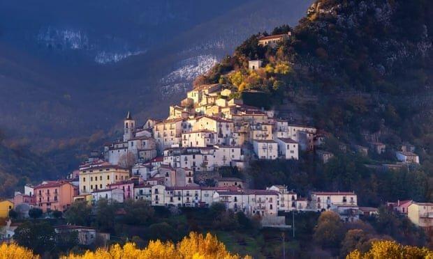Тем, кто решится переехать в этот райский уголок Италии, обещают € 25 000