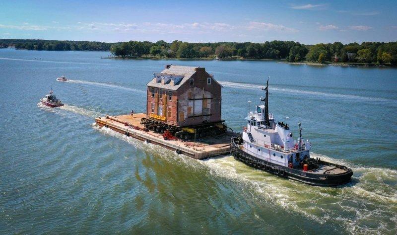 Семья перевезла по реке двухэтажный исторический дом на новое место