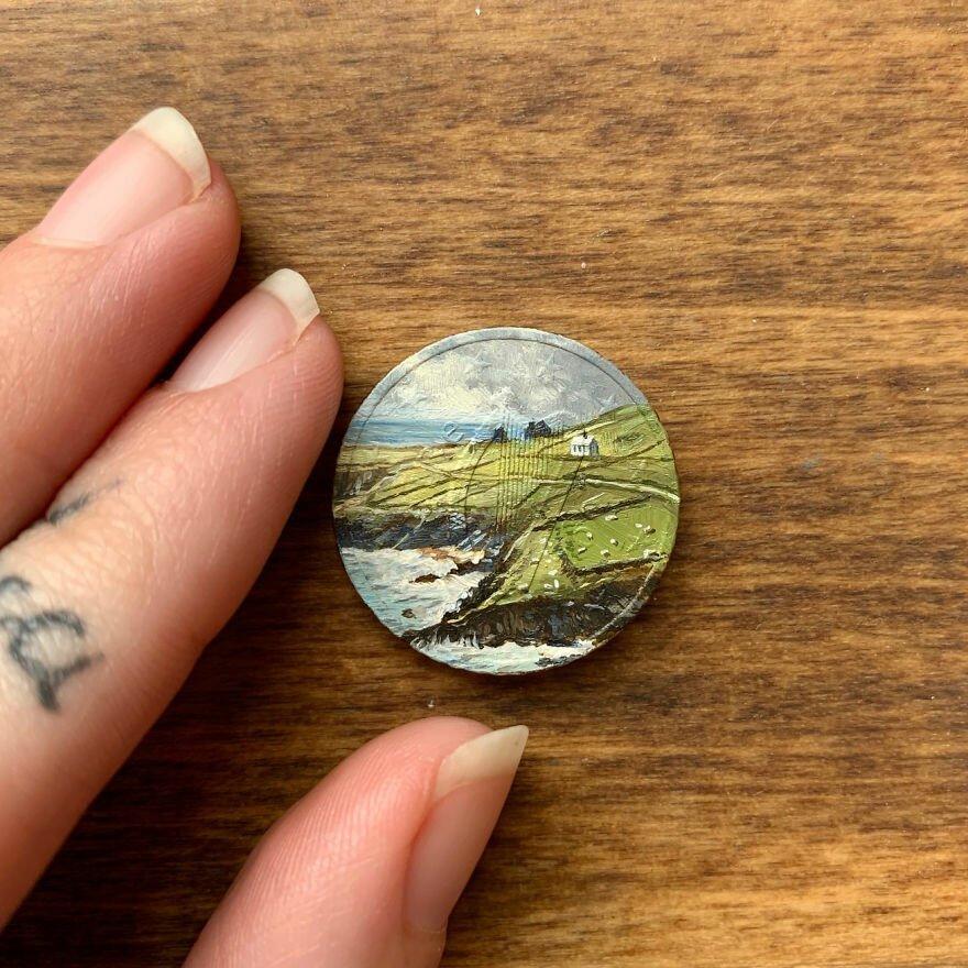 Художница рисует масляные мини-шедевры на монетах