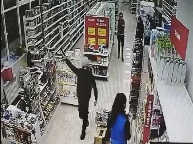 """Малолетний""""гангстер"""" попытался ограбить магазин, но его подняли на смех"""