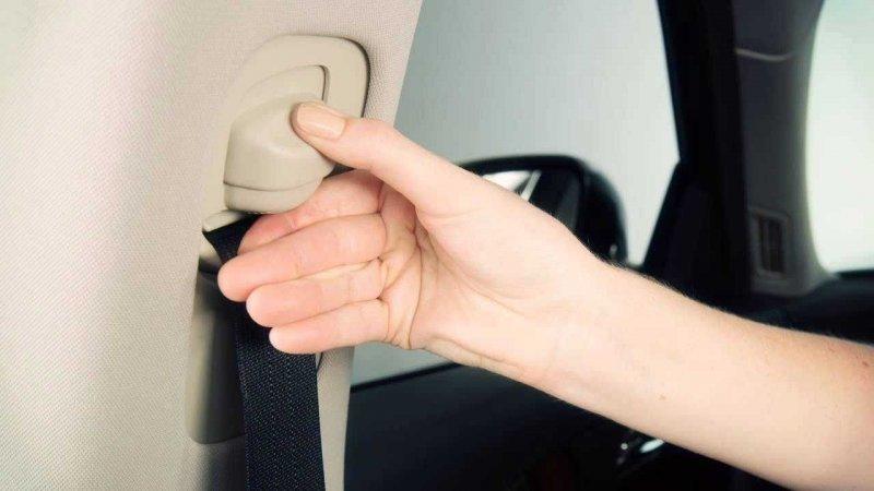 Регулировка задних ремней безопасности по высоте