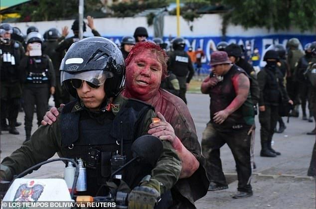 В Боливии мэра протащили по улице, обстригли и облили краской