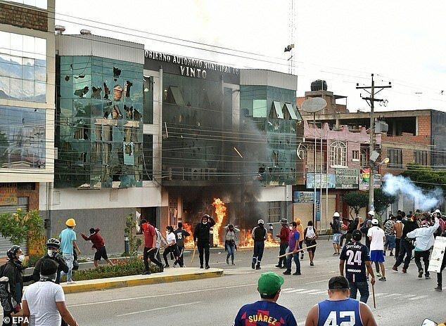 В ходе протестов и столкновений в Винто погибли два человека, в чем толпа и обвинила Патрисию Арсе