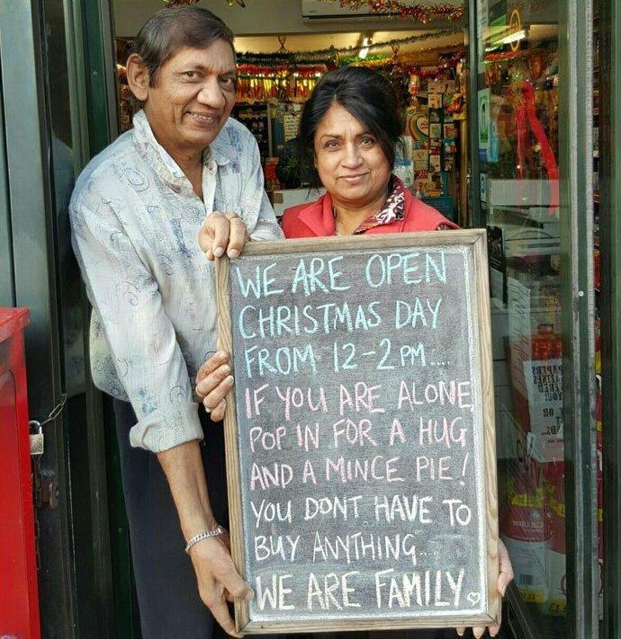 """Владельцы ресторана пригласили к себе на Рождество одиноких и нуждающихся: """"Если вы одиноки и не знаете, чем заняться в Рождество... заходите в наш ресторан за сладким пирогом и объятиями. Вам не нужно за что-то платить. Ведь мы все - семья"""""""