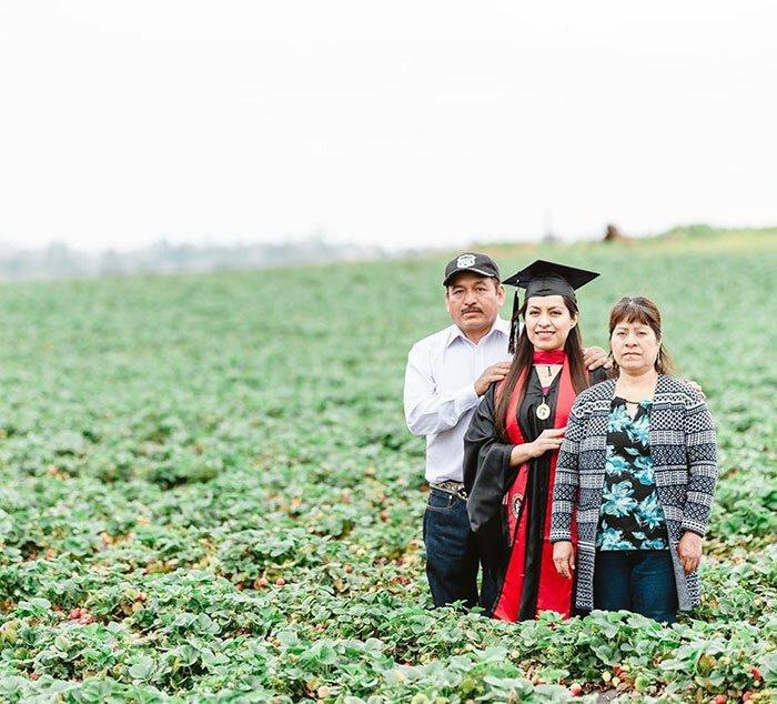 Выпускница университета сфотографировалась с родителями на фруктовом поле, где они работали, чтобы обеспечить ей лучшее будущее