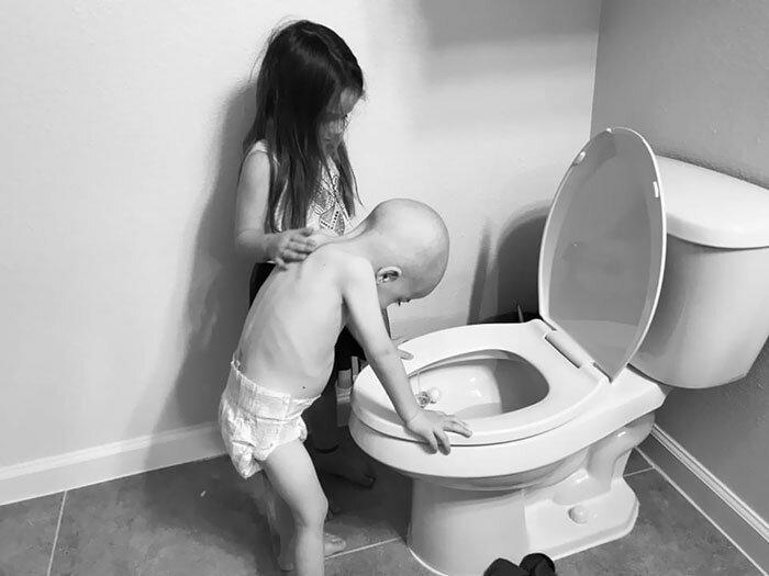 5-летняя девочка поддерживает 4-летнего брата, который борется с последствиями химиотерапии