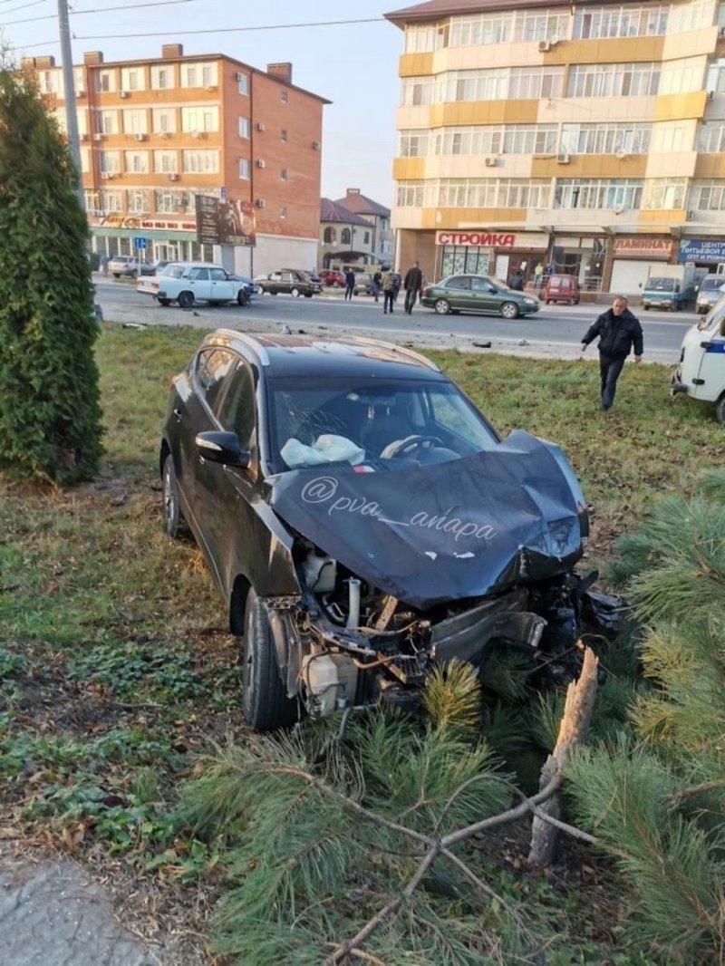 Оба водителя получили травмы и были доставлены в больницу.