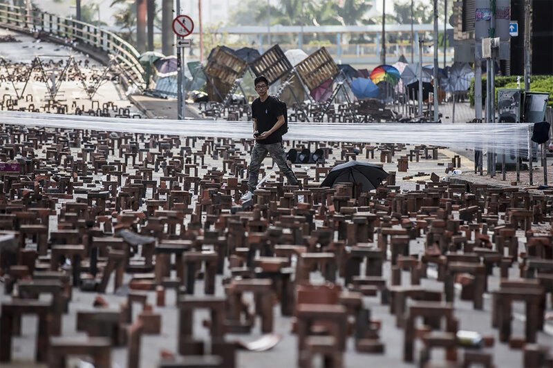 Гонконг бунтует: в ход пошли кирпичи, луки и стрелы