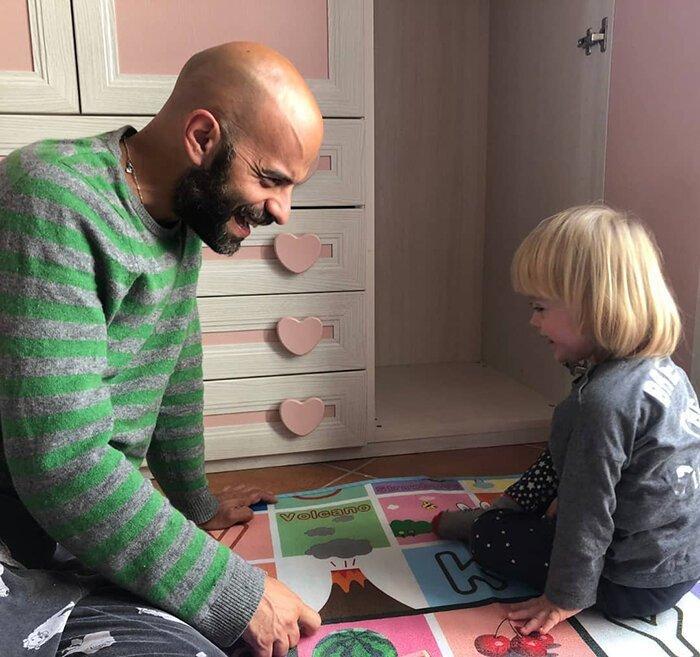 Мужчина удочерил девочку с синдромом Дауна, от которой отказались 20 раз