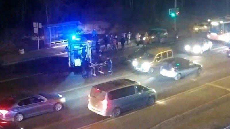 Водитель проехал на красный и сбил подростка в Петербурге