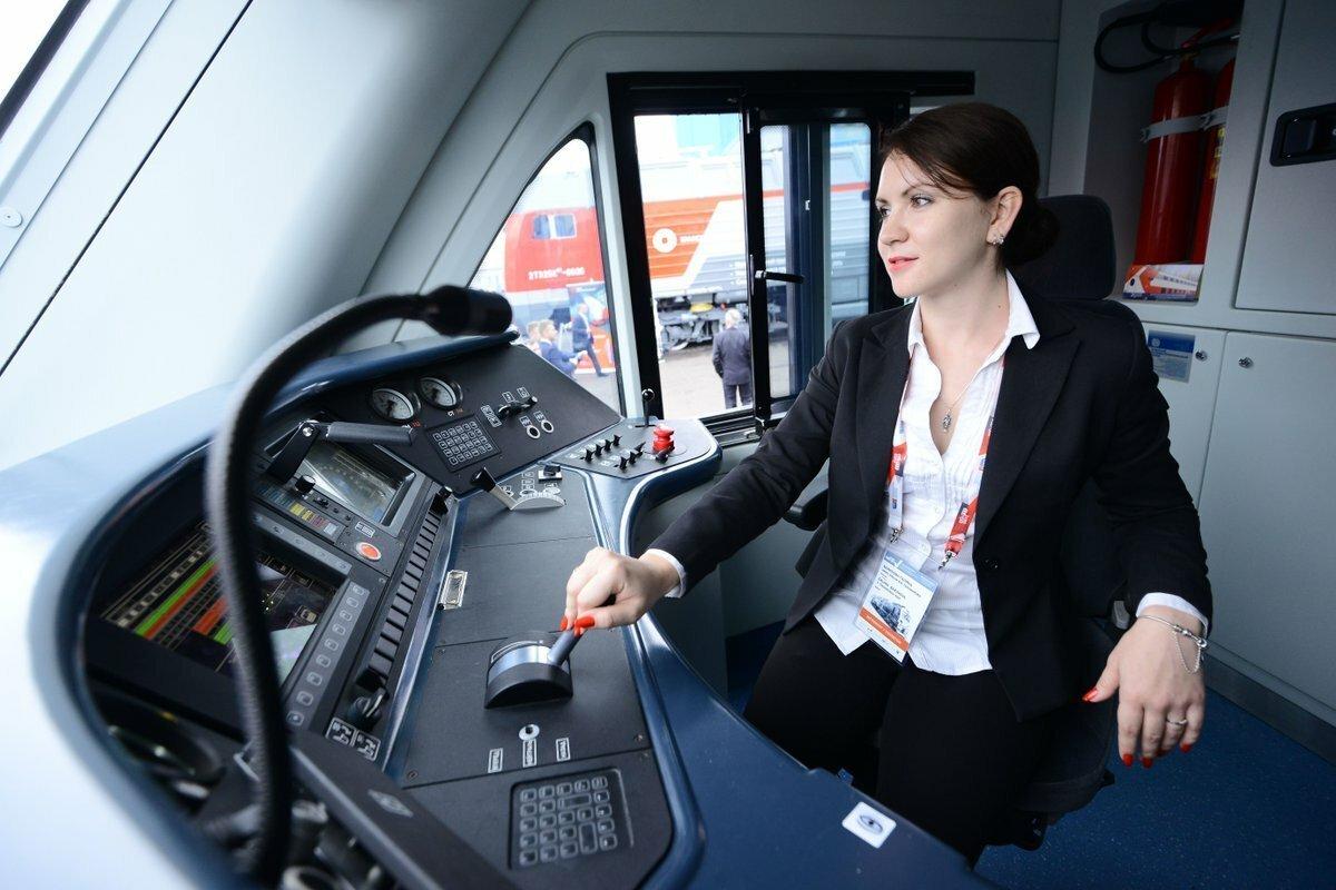 Женщина машинист в поезде