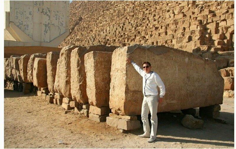 Человек и гигантские блоки египетских пирамид