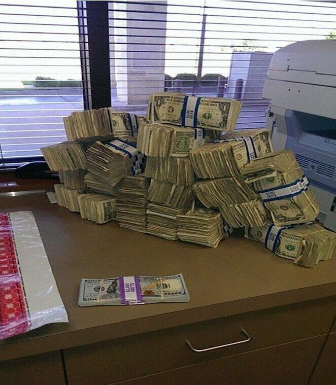 Сравнение 10.000 долларов по 1 доллару и сотенными купюрами