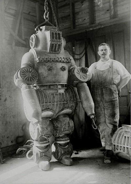 Костюм из алюминиевого сплава Честера Макдуффи весом около 200 кг, 1911.