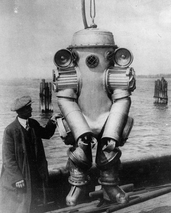 Американский изобретатель Х. Л. Боудин со своим глубоководным гидрокостюмом с установленными на плечах 1000–ваттными лампами, 15 августа 1931 года